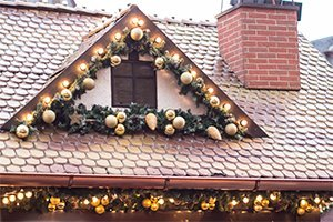 4 TIPS FOR SAFELY DECORATING YOUR ROOF FOR THE HOLIDAYS